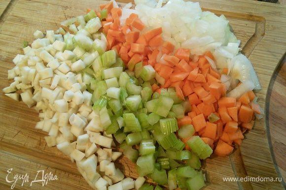 Корешки и лук нарубить кубиком. Корешки могут быть любые, лук, морковь, петрушка, пастернак, сельдерей корневой и черешковый.