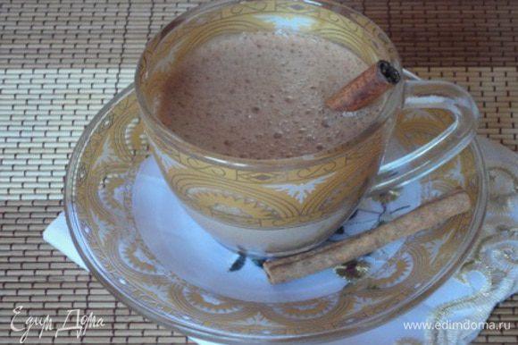 Перелить молочно-шоколадную смесь в блендер, взбить до однородности - в этом, по-моему, вся фишка - напиток становится воздушным! Две палочки корицы разломить пополам (если они длинные, у меня коротенькие были), разложить по чашкам, залить горячим шоколадом и сразу подавать. Будьте уверены - день удастся!