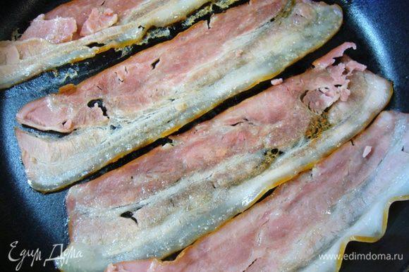 Бекон обжарить на сухой сковороде до хруста, поместить на бумагу для выпечки, сбрызнуть кленовым сиропом, остудить.