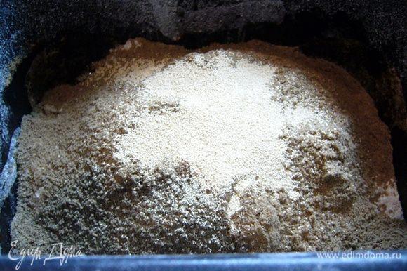 Заложить ингредиенты в хлебопечку согласно инструкции. В моем случае – вода-соль-сахар-масло растительное. Затем просеять оба вида муки. Сверху – дрожжи.