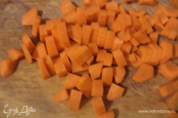 Крупную луковицу нарезать кубиками. Шампиньоны и цукини тоже нарезать кубиками, а морковь - ломтиками.
