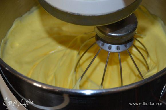 Духовку включить разогреваться на 170 С. Для теста взбить до пышного состояния яйца с сахаром и щепоткой соли.