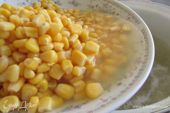 В бульон добавить консервированную кукурузу вместе с жидкостью. Суп вновь довести до кипения и снять с огня.