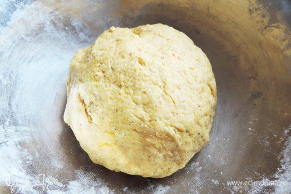 Теперь замешиваем мягкое тесто из всех ингредиентов. Обратите внимание, что пакетик разрыхлителя должен быть рассчитан на 500г муки! Масло должно быть размягченным и комнатной температуры. Тесто получается мягким, приятным на ощупь. Практически не липнет к рукам.