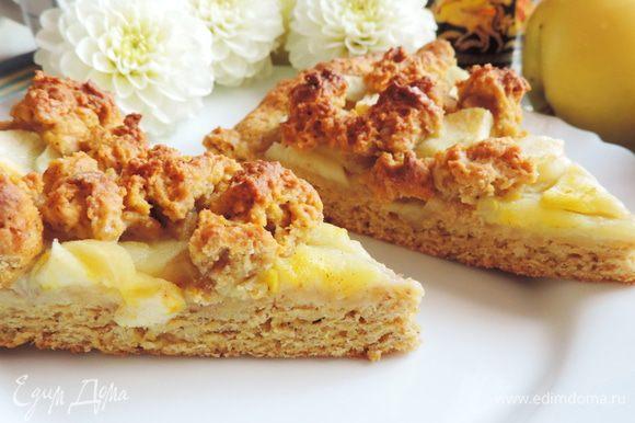 Выпекаем пирог в разогретой до 180 градусов духовке примерно полчаса. Верх пирога должен приобрести красивый золотисто-румяный цвет.