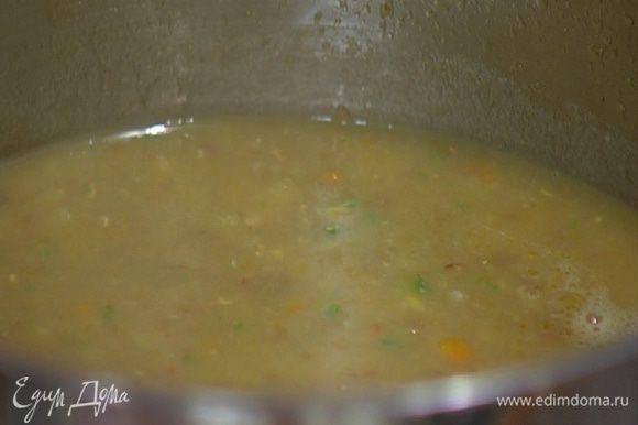 Готовый суп взбить погружным блендером так, чтобы остались небольшие кусочки.