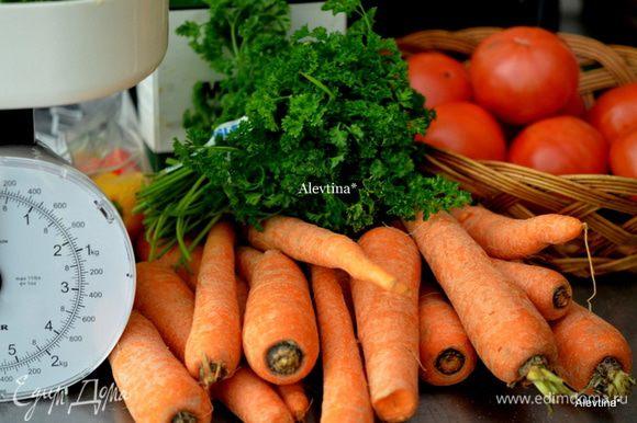 Банки с крышками стерелизуем заранее. Приготовим овощи, помоем и почистим.