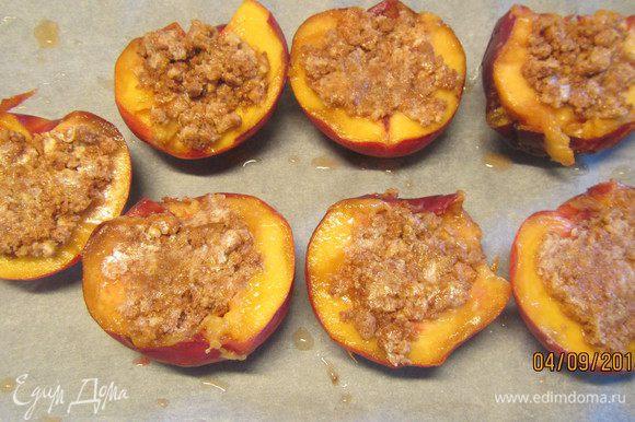 Наполняем половинки персиков этой начинкой и выкладываем на противень. Отправляем в духовку 180гр на 30 минут.