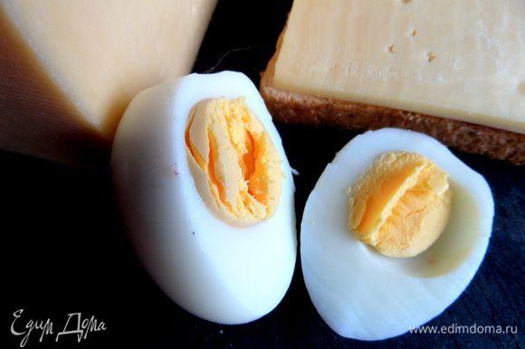 Яйцо отвариваем заранее и отрезаем край для устойчивости на сыре.