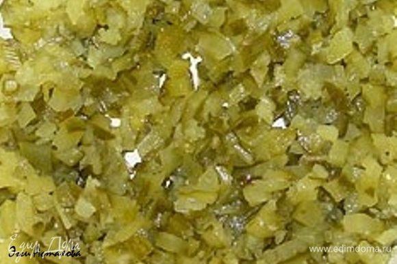 Натираю огурцы соленые и свежие (их я соединяю и удаляю лишний сок)