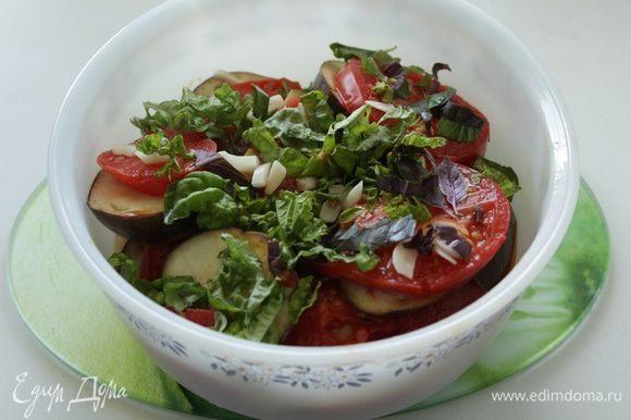 Теперь выбираем вариант. Для повседневного потребления: Зелень и чеснок мелко шинкуем. Баклажаны с помидорами выкладываем слоями, пересыпая чесноком и зеленью. Ставим в холодильник до полного остывания.