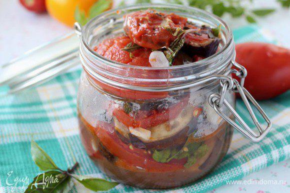 Для консервации: Мелко порезанный чеснок засыпаем поверх помидоров, накрываем и оставляем томиться еще на 5 минут. Выкладываем в баночку, выливаем всю жидкость из сковороды тоже в баночку, закупориваем. Стерилизовать не надо. Хранить в холодильнике.