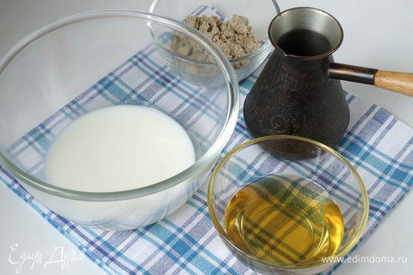 Сварить крепкий кофе, процедить. Арахисовую или кунжутно-арахисовую халву немного размять вилкой. Приготовить сливки и кленовый сироп.