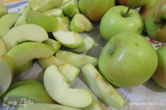 Яблоки (лучше всего брать твердые сладкие сорта) разрезать вдоль на 6 долек (без семян, но с кожицей), а затем каждую дольку – пополам.