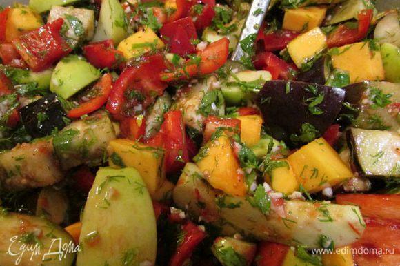 Подготовленные овощи смешать, опустить в кипящую смесь, кипятить 50-60 минут, часто помешивая.