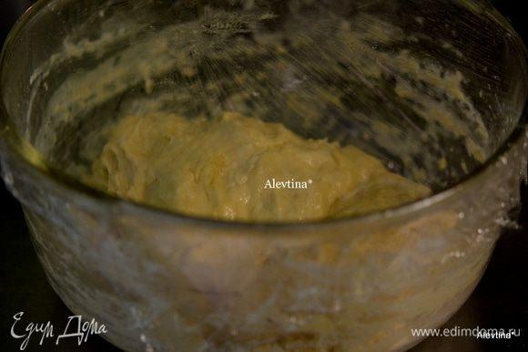Помять руками, смазать растительным маслом. Закрыть пленкой и поставить в теплое место на 2 часа. Тесто вырастит и поднимется .