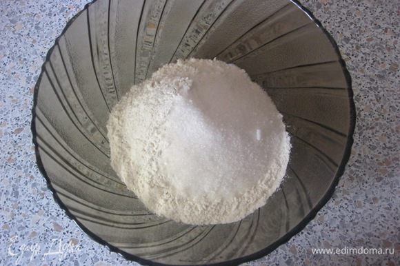 Просеять муку в миску, добавить соль, соду, сахар. Перемешать и сделать углубление.