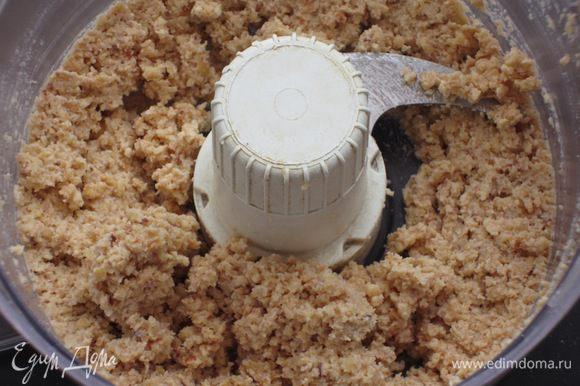В миксере измельчить фундук с молоком и ромом.