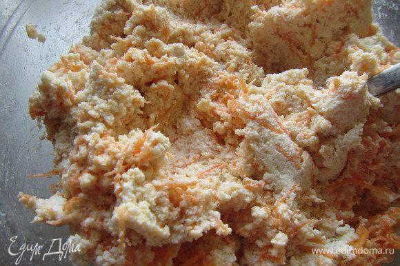 Добавляем морковь, натертую на крупной терке, ванильный сахар и корицу. Перемешиваем.