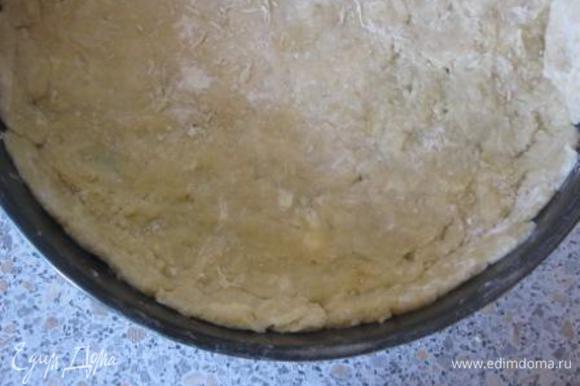 Выложить в форму, сделать высокие бортики. Равномерно распределить тесто. Форма - 26 см.