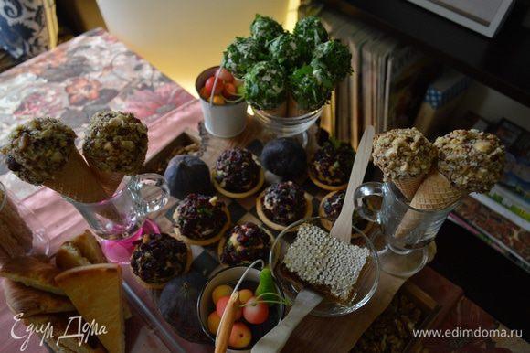 Моя сервировка, мед в сотах, несколько свежих инжиров, палочки гриссини, мини-марципаны в виде фруктов, кростини ... Та-даааам.