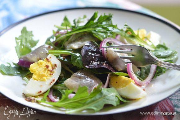 Разложим салат по тарелкам. Яйцо порезать на 4 части на одну тарелку. Полить заправкой. Приятного аппетита.