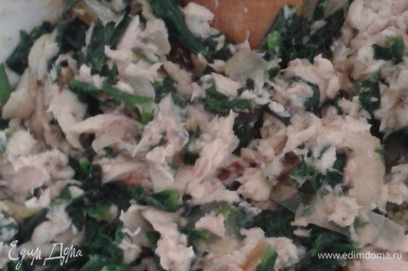 Готовим начинку. Для этого берем любую готовую (жареную, печеную) рыбу (у меня форель речная), убираем все косточки, измельчаем ножом. Шпинат припускаем на разогретом сливочном масле 2-3 минуты, затем солим, перчим, добавляем мускатный орех. Соединяем с рыбой.
