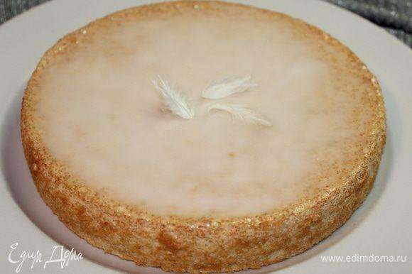 Украшаем торт глазурью, распределив ее по поверхности и готово!!