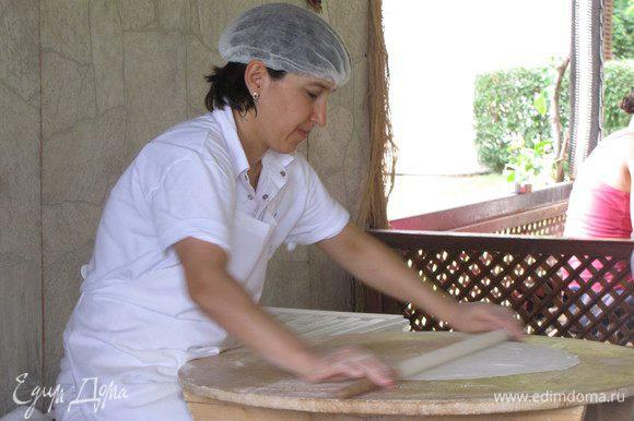 А вот как эти лепешки готовят в Турции.)))