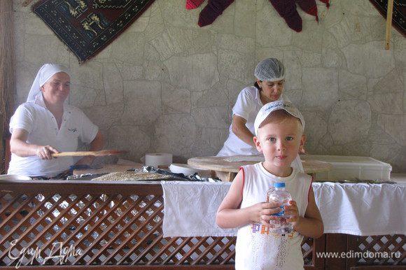 А это Серега в ожидании своей порции.)))