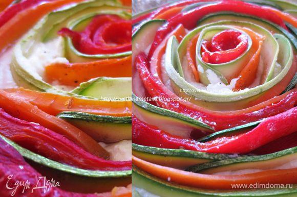 По кругу, начиная с центра, выкладываем пластины овощей, немного внахлест, чередуя их по цвету.