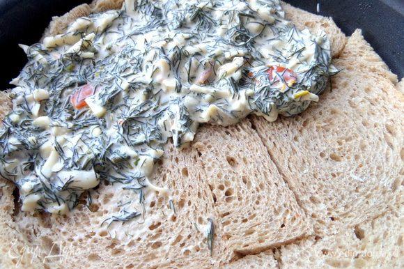 Наносим начинку равномерно на хлеб.