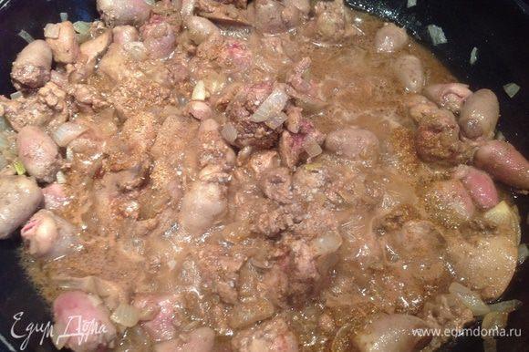 Затем убавьте огонь, добавьте вино, уксус, посолите, приправьте кориандром и готовьте еще 10 минут.