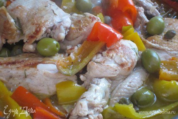 Выложить курицу в сковороду к луку, добавить перец, оливки, каперсы и оставшуюся веточку розмарина. Посолить и поперчить по вкусу. Обжарить 5 минут, затем влить 250 мл маринада, накрыть крышкой и готовить 45 минут на слабом огне.
