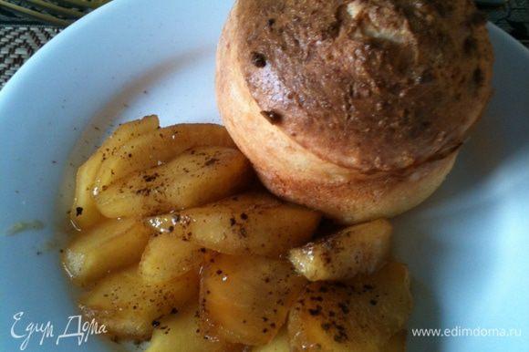 Яблоко очистить, нарезать на дольки, в сковороде растопить сливочное масло, добавить мед, выложить яблоко, снизить температуру, добавить пару- тройку ложек воды и потушить до желаемой мягкости, при подаче посыпать корицей!