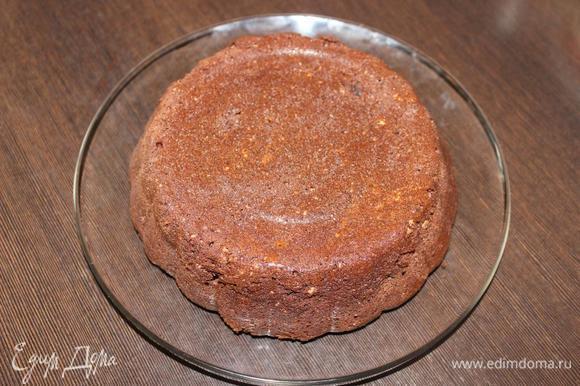 Когда почуете головокружительный шоколадный аромат и проверите готовность деревянной шпажкой (совсем сухой она не выйдет), можно вынимать! Если шпажка будет очень влажная, то подержите торт в духовке еще минут 5–10, но не пересушите. Полностью остужаем торт в форме, а затем вынимаем его и переворачиваем.