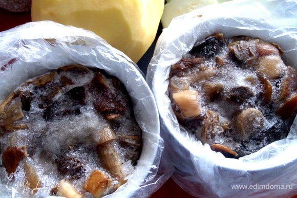 Вылавливаем шумовкой порцию грибов,даём стечь немного и накладываем в пиалы. Прямо так ставим в морозилку на ночь,когда остынут. Утром вынимаем из пиал пакет с грибами,заворачиваем и снова отправляем в морозилку уже без посуды. При такой заморозке пакеты не слипаются и у нас всегда есть 1-2 порции для быстрого приготовления супа,жульена или жаркого.