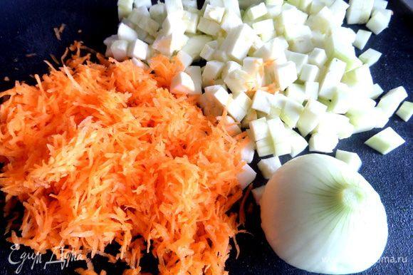 Мелко натереть морковь,кабачок,лук измельчить.