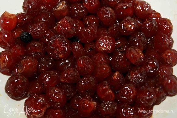 Замачиваем вишню в коньяке (или заливаем горячим чаем). Несколько штук ягод откладываем для украшения.