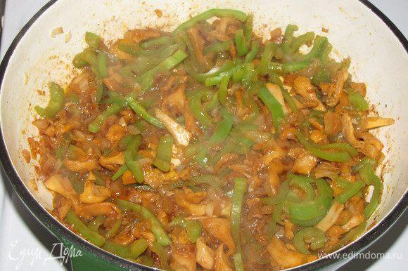Добавить перец и грибы и жарить на сильном огне 8-10 минут. Влить уксус и готовить еще 2 минуты.