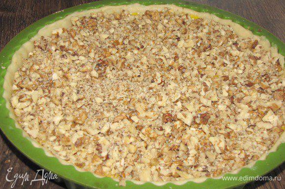 Сверху ровным слоем выложить орехи.
