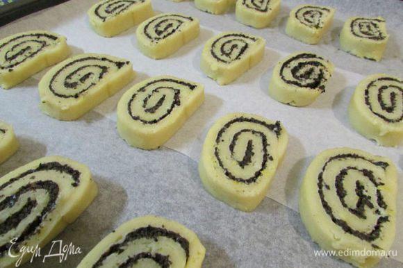Противень застелить пекарской бумагой. Выложить на него печенье и отправить в разогретую духовку (180 градусов). Выпекать 20 минут.