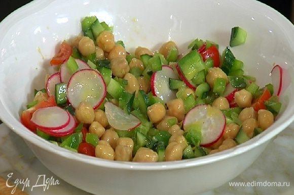 Нут, сладкий перец, помидоры, огурец и редис выложить в глубокую посуду, полить заправкой и перемешать.