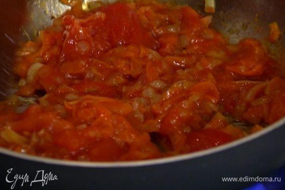 Консервированные помидоры выложить в сковороду к овощам, перемешать, немного прогреть и снять с огня.