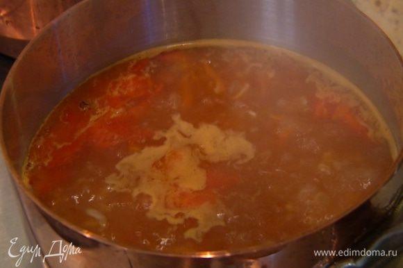 Обжаренные овощи добавить в суп и варить до готовности перловки.