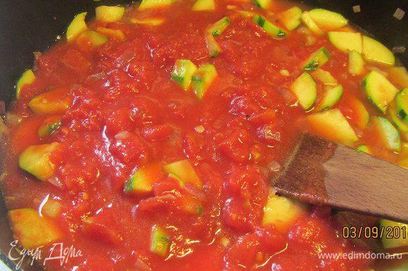 Доводим до кипения и добавляем помидоры в собственном соку. Готовим на среднем огне минут 5. Затем солим, перчим и добавляем мускатный орех.