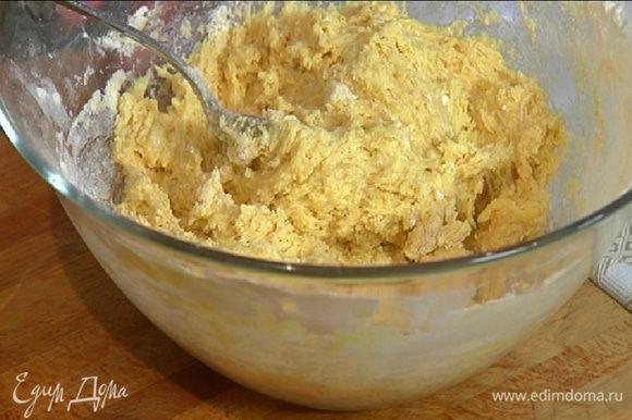 Приготовить тесто: предварительно размягченное сливочное масло взбить блендером вместе с сахаром, по одному ввести яйца и взбить еще немного, затем добавить муку с разрыхлителем и вымешать все ложкой.