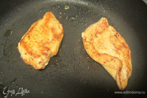 Куриное филе натираем солью, перцем и паприкой. Разогреваем 1 ст.л. рапсового масла (или любого растительного) и обжариваем их примерно по 5-7 минут с каждой стороны (или до готовности). Или же можно их обжарить на сковороде-гриль или запечь в духовке.