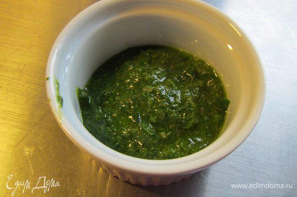 Перекладываем их в блендер или комбайн, добавляем чеснок, каперсы и оливковое масло (я его взяла поменьше, на глаз). Все измельчаем в однородный соус. Солим, перчим по вкусу.