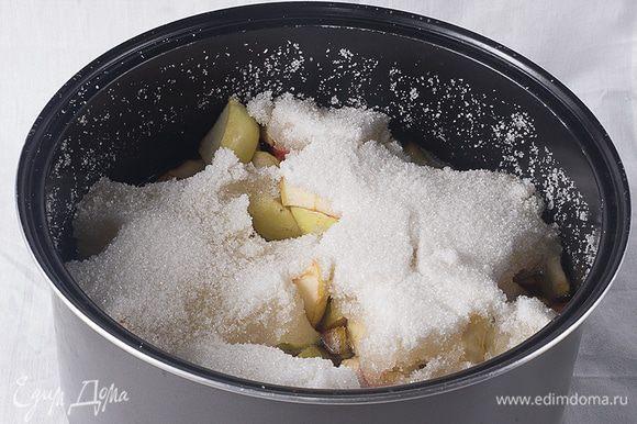 Складываем яблоки в кастрюлю, засыпаем сверху сахаром (не перемешивая) и оставляем на сутки.